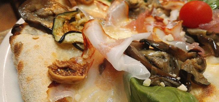 """Croccante Calabrese® """"I Peppi"""" con melanzane a fette cotto al forno, guanciale calabrese, cipolla stufata e fichi."""