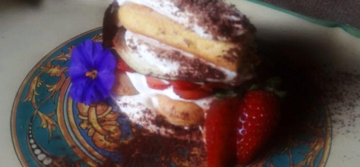 Millefoglie di melanzane caramellate, fragole fresche, crema mascarpone e yogurt, cioccolata extra fondente di Modica.