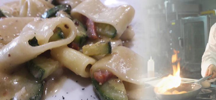 Mezzi paccheri con zucchine, salsiccia e pesto di nocciole.